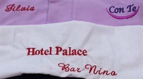 Asciugamano Viso  50 x 110 cm in microspugna di Microfibra Lavette RICAMATI personalizzati per Hotel Alberghi Spa Club Associazioni con Ricamato 7 x 2 cm - 1 Colore