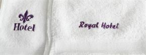 Coppia Asciugamani spugna RICAMATI personalizzati per Hotel Alberghi Spa Club Associazioni con Ricamato 7 x 2 cm - 1 Colore asciugamani: 40x60 cm e 60x110 cm
